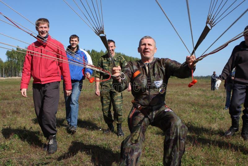 Paracaidistas de la preparación imagen de archivo libre de regalías