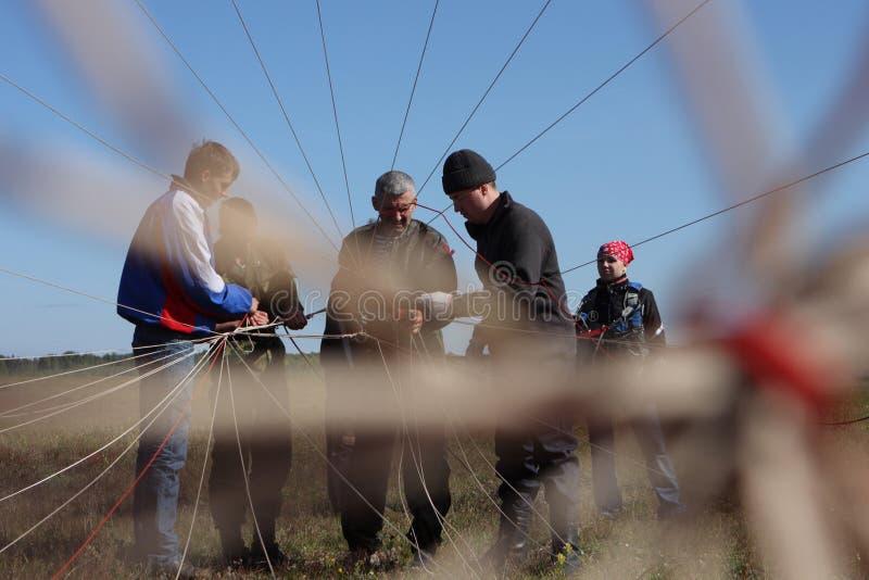 Paracaidistas de la preparación fotografía de archivo libre de regalías