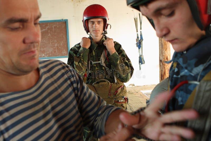 Paracaidistas de la preparación fotografía de archivo