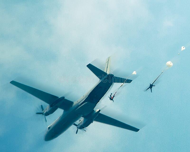 Paracaidistas en el cielo fotos de archivo libres de regalías