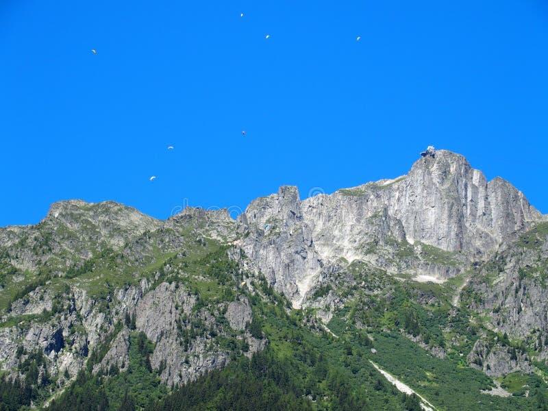 Paracaidistas sobre las montañas francesas fotos de archivo
