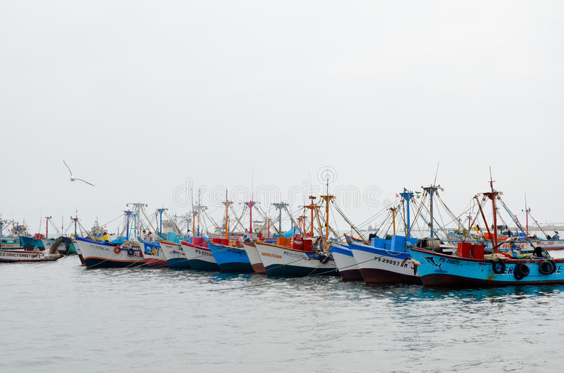 PARACAS, ΠΕΡΟΥ 11 ΙΟΥΝΊΟΥ 2013: Παλαιό τοπικό αλιευτικό σκάφος με τα δίχτυα του ψαρέματος και seagulls που δένονται στο λιμάνι στοκ εικόνες