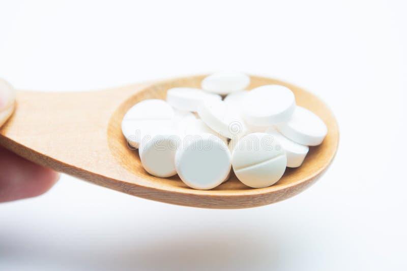 Paracetamol auf hölzernem Löffel stockfotos