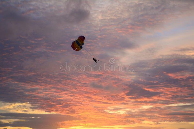 Parachute ascensionnel au coucher du soleil à Phuket, Thaïlande photos stock