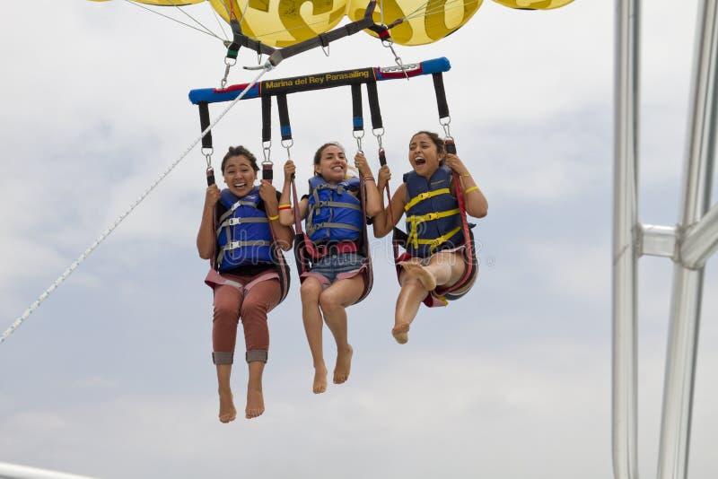 Parachute ascensionnel au-dessus de l'océan pacifique photographie stock