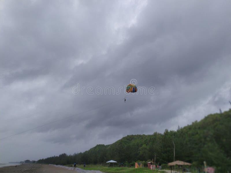 Parachute ascensionnel chez Cox& x27 ; bazar de s photographie stock libre de droits