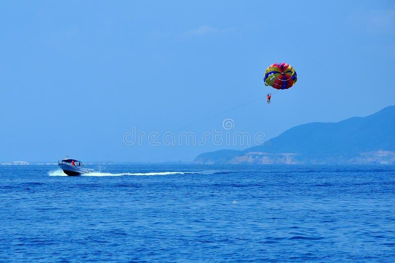 Parachute ascensionnel dans la ville de Nha Trang, Vietnam. images stock