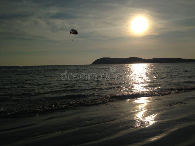 Parachute ascensionnel dans le crépuscule photographie stock libre de droits