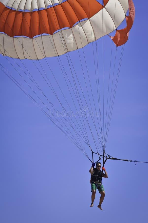 Parachute ascensionnel de jeu d'homme photographie stock