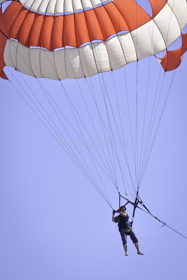 Parachute ascensionnel de jeu d'homme photos stock