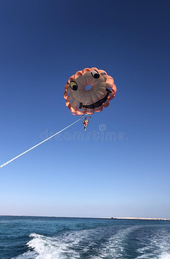 Parachute ascensionnel le long de la côte photographie stock