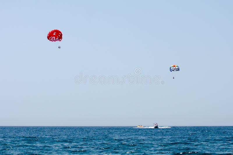 Parachute ascensionnel sur la côte d'Algarve, Portugal photographie stock libre de droits