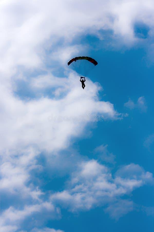 Parachute dans le ciel photographie stock