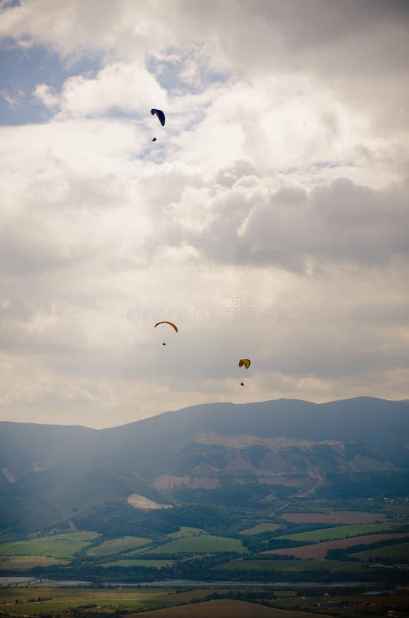 Parachute et nuages image stock