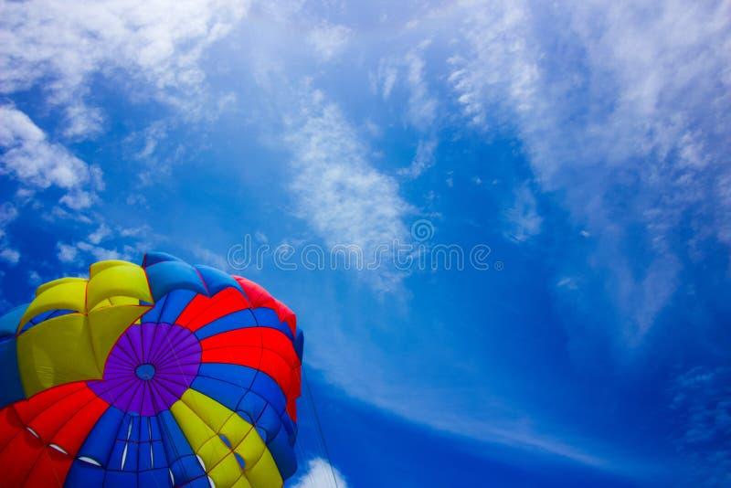 Parachute som flyger i himlen över Patong Beach Phuket, Thailand arkivbilder