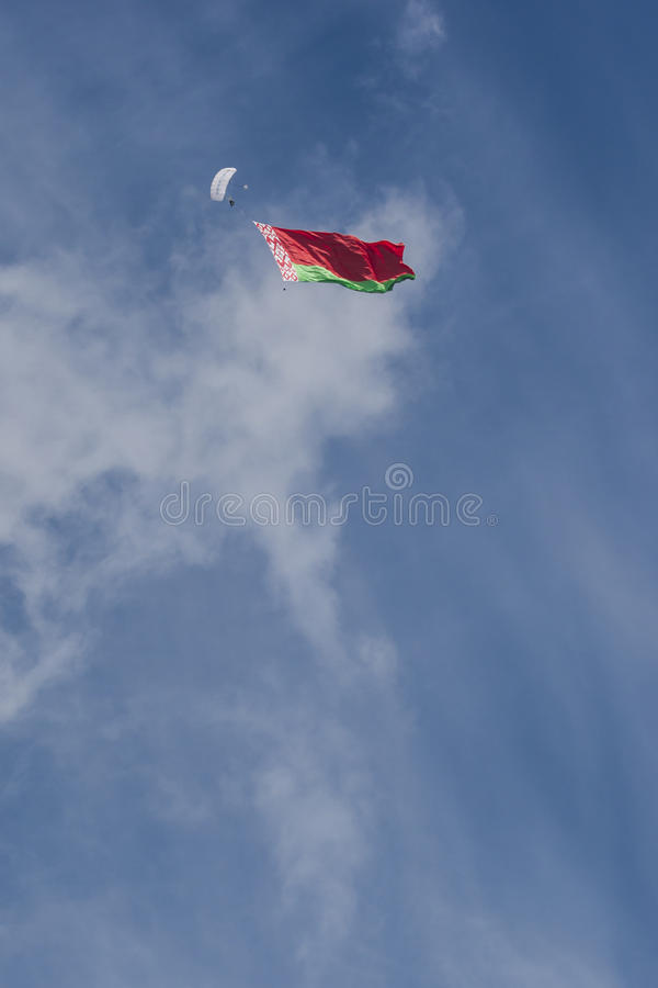 Parachuter's internazionale Team Performing in aria mentre svolgendo bandiera nazionale della Repubblica Bielorussa fotografie stock