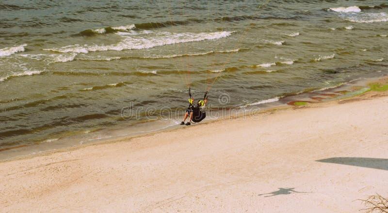 Parachuter über der Ostsee in Litauen stockbild