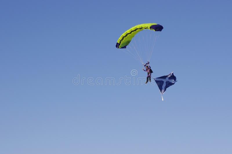 Parachuter com bandeira de Escócia fotografia de stock