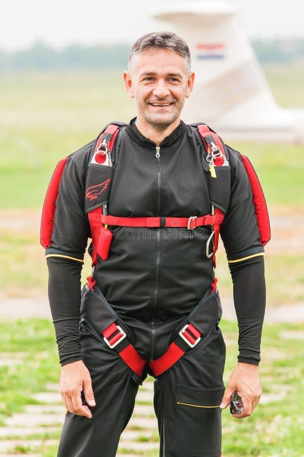 Parachuter, das für das Springen sich vorbereitet lizenzfreie stockfotografie