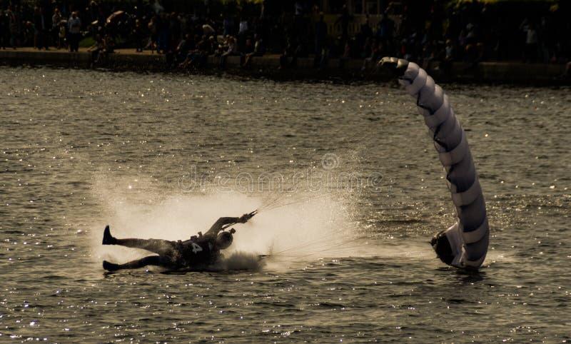 Parachuter-Landung im Wasser stockfotografie