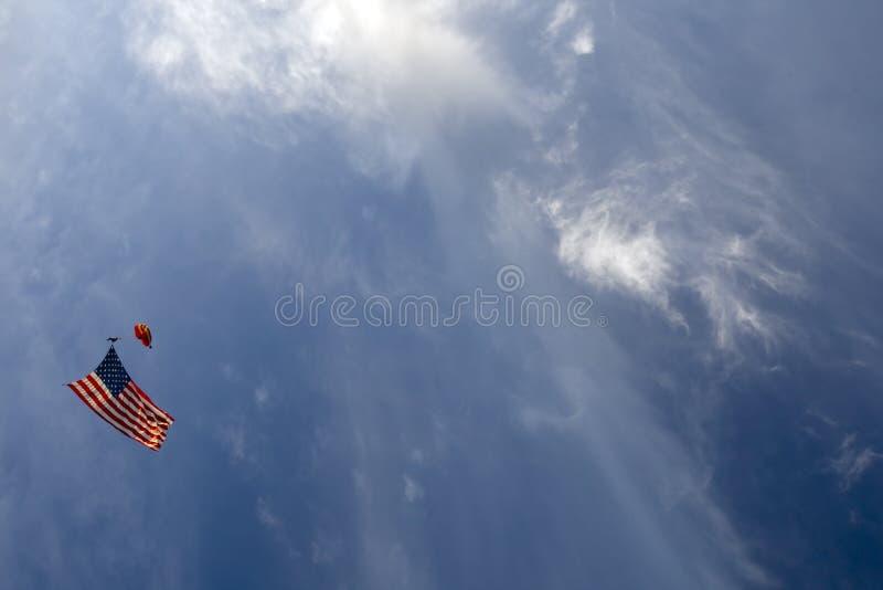 Parachuter mit amerikanischer Flagge stockfoto