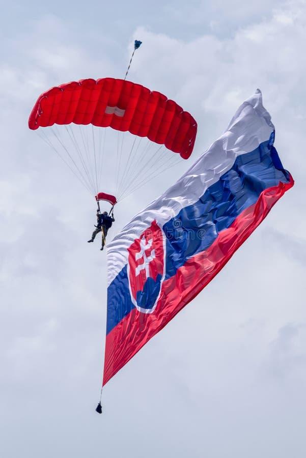 Parachuter mit Slovakflagge stockfoto