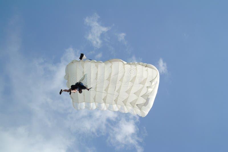 Parachuter mit weißem Fallschirm auf der Fallschirmspringenschale von unterhalb gesehen stockfotos