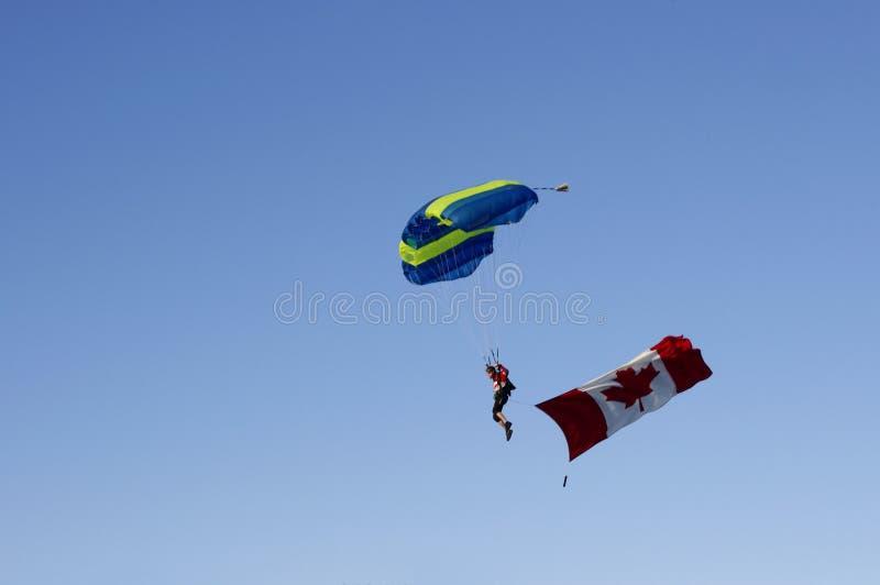 Parachuter z kanadyjczyk flaga fotografia royalty free