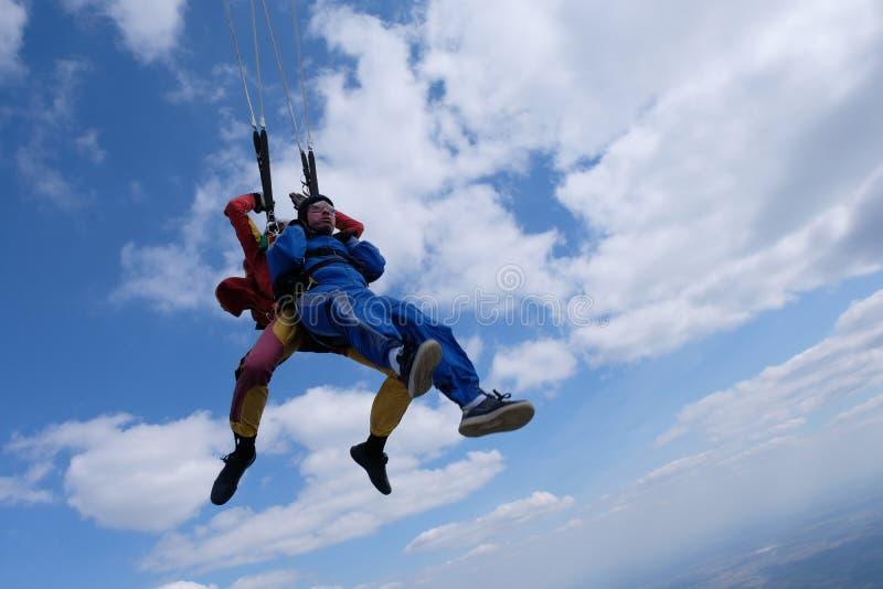 Parachutisme tandem Deux hommes forts sont dans le ciel image libre de droits