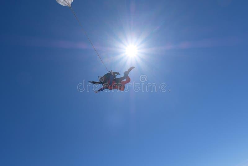 Parachutisme tandem Deux hommes heureux débarquent photographie stock libre de droits