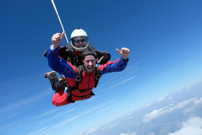 Parachutisme tandem Deux hommes heureux d?barquent image libre de droits