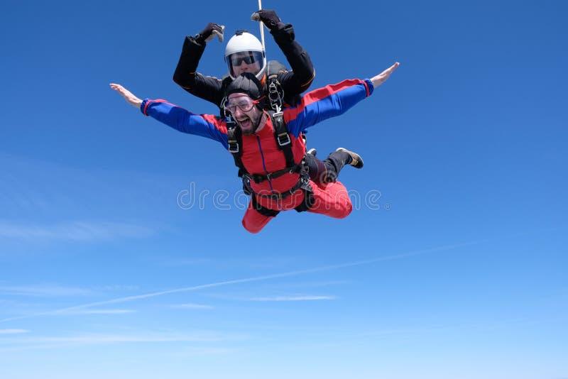 Parachutisme tandem Deux hommes heureux sont dans le ciel image libre de droits