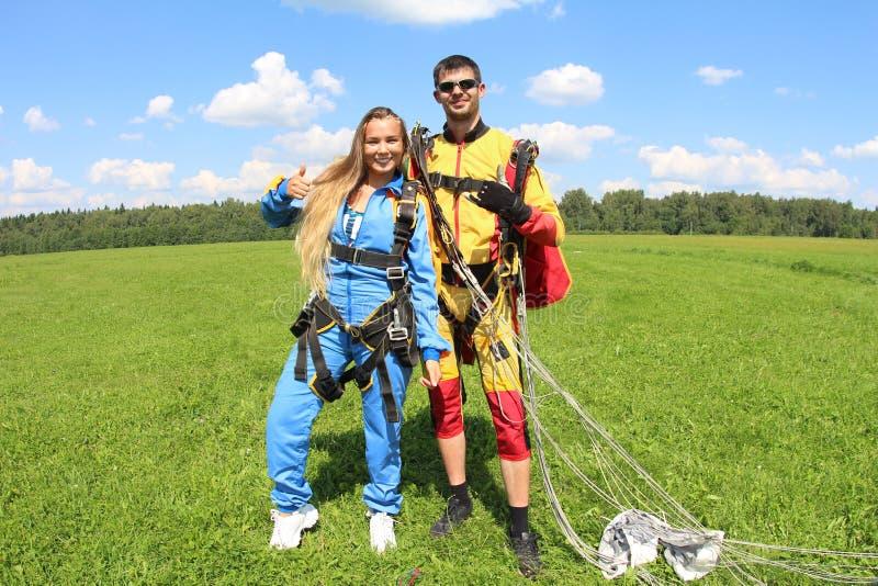 Parachutisme tandem Instructeur avec la fille sexy photographie stock libre de droits
