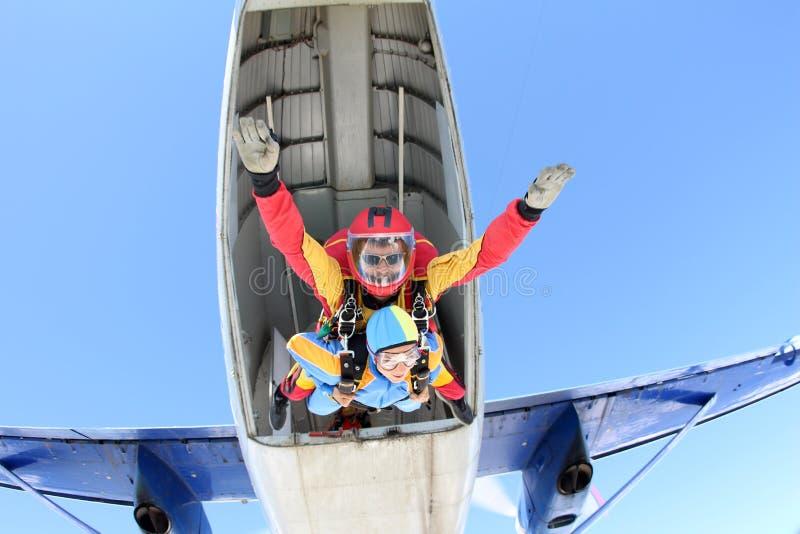 Parachutisme tandem Instructeur avec la fille sexy photo libre de droits
