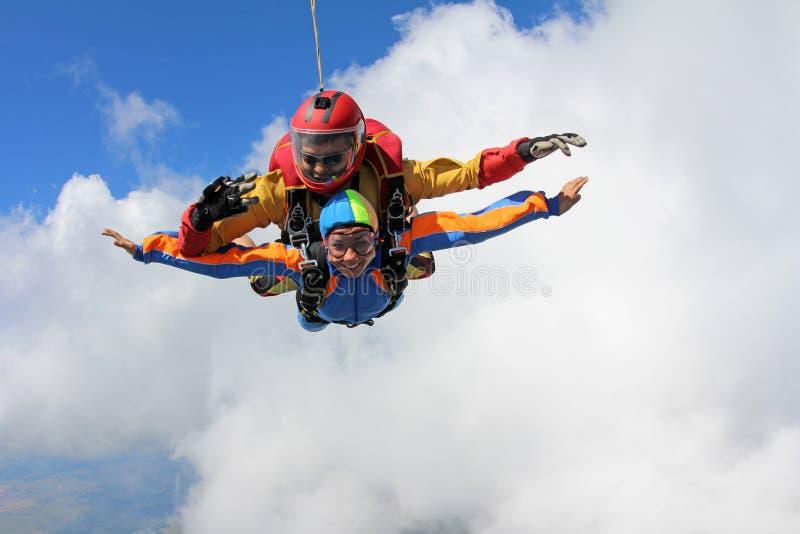 Parachutisme tandem Instructeur avec la fille sexy images libres de droits
