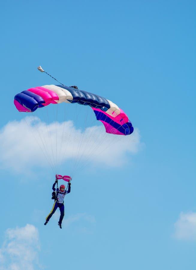 Parachutist на небе Румынии стоковое фото rf