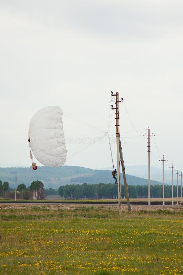Parachutist посадки на линии электропередач стоковая фотография rf