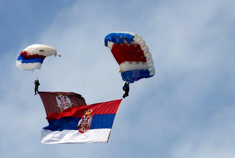 Parachutist con la bandierina dell'esercito e serba immagini stock