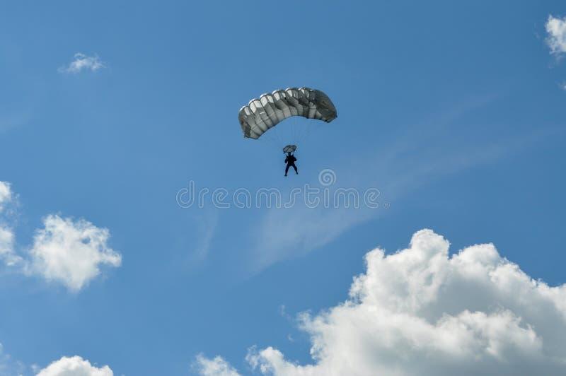 Parachutist i niebo zdjęcia stock