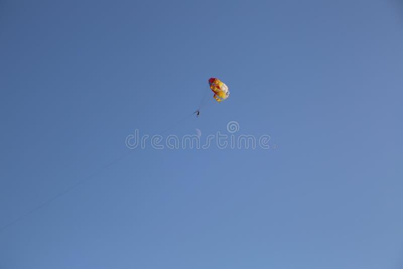 Parachutist im blauen Himmel lizenzfreies stockfoto