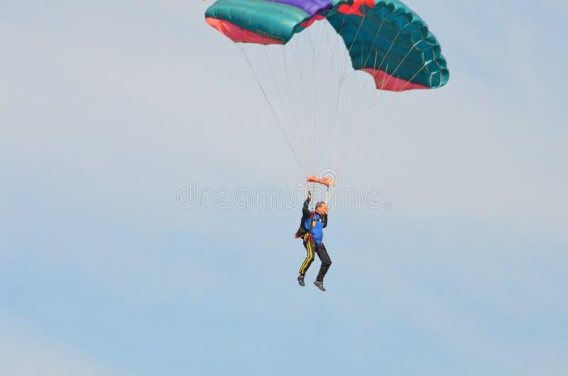 Parachutist ma zabawę podczas dnia lota zdjęcia royalty free