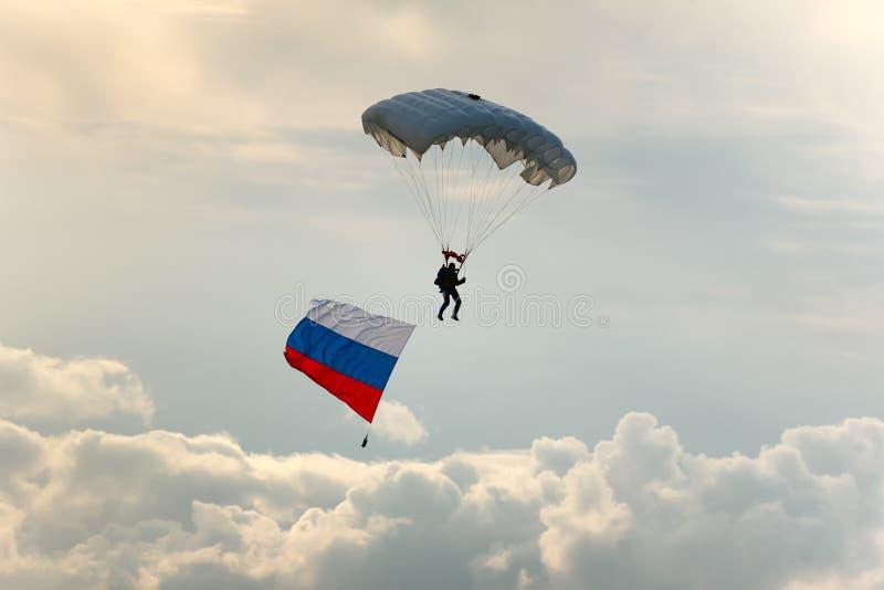 Parachutist met de vlag van Rusland. royalty-vrije stock foto's