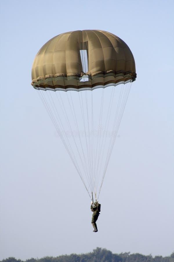 Parachutist militar de aterragem imagens de stock