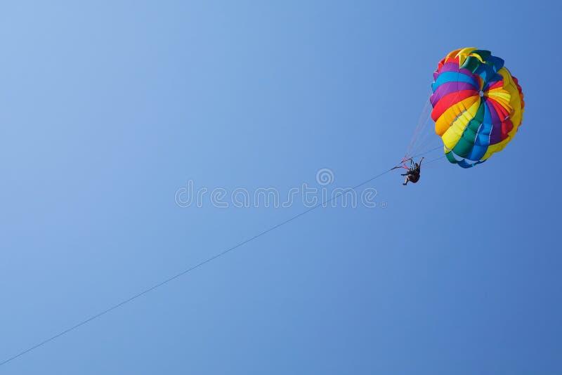 Parachutist no ar fotografia de stock