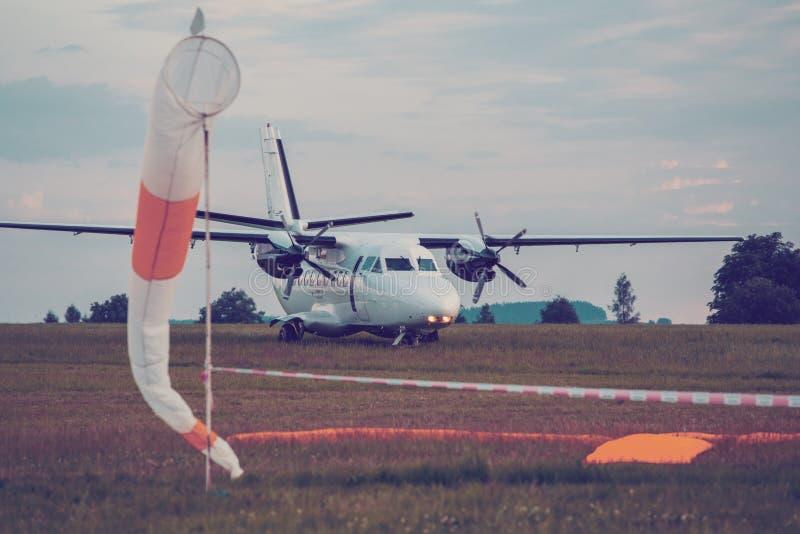 Parachutist samolot na ziemi zdjęcia royalty free