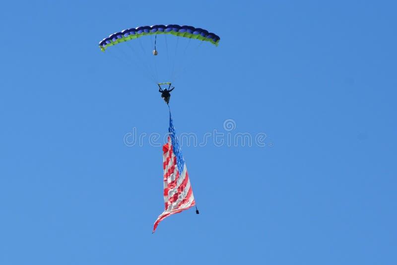 Parachutist sunięcia wyprostowywają wystawiać flaga amerykańską w wszystkie swój chwale i lewy obraz stock