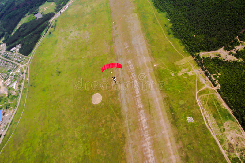 Parachutist w niebie zdjęcia stock