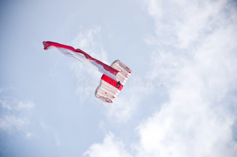 Parachutist z połysk flaga na Radomskim Airshow, Polska obraz stock