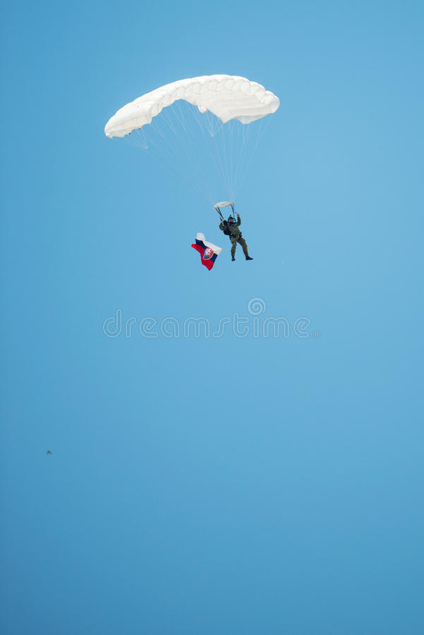 Parachutist z słowak flaga, Senec, Sistani zdjęcia stock