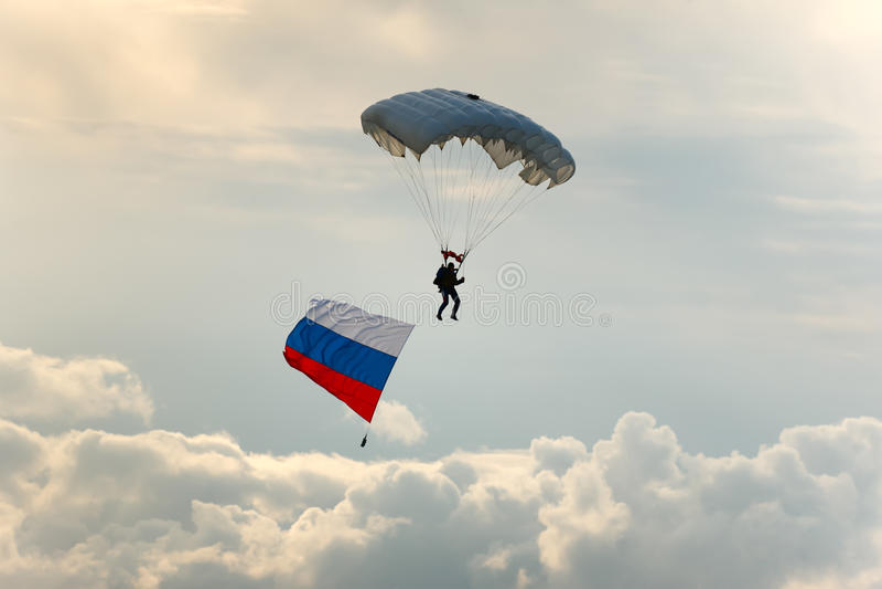 Parachutiste avec l'indicateur de la Russie. photos libres de droits